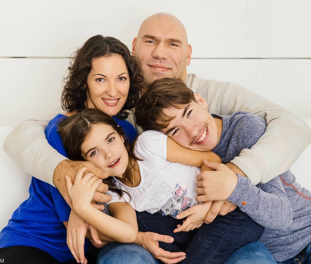 Фото большой счастливой семьи ровно посередине